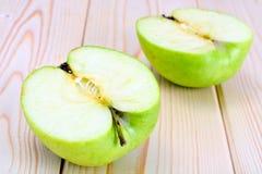 Η πράσινη Apple στο ελαφρύ ξύλινο υπόβαθρο Στοκ Εικόνα
