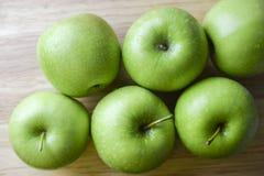 Η πράσινη Apple στο ξύλινο υπόβαθρο Στοκ φωτογραφία με δικαίωμα ελεύθερης χρήσης