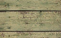 Η πράσινη ochre σκιά χρωμάτισε τη ραγισμένη αποφλοίωση χρωμάτων στην ξύλινη σύσταση παλαιές σανίδες ξύλινες Στοκ Εικόνες