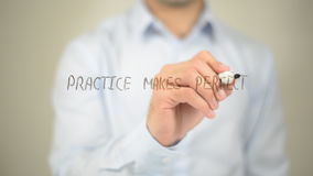 Η πρακτική κάνει τέλειος, άτομο που γράφει στη διαφανή οθόνη στοκ εικόνα