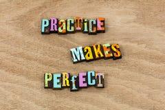 Η πρακτική κάνει την τέλεια εργασία τη σκληρή επανάληψη να επαναλάβει θεωρεί στοκ φωτογραφία με δικαίωμα ελεύθερης χρήσης