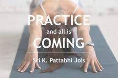 Η πρακτική και όλη έρχονται Sri Κ Pattabhi Jois στοκ εικόνες