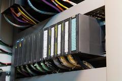 Η προγραμματίσημη λογική PLC controler, αυτή η εικόνα παρουσιάζει σκληρά να συνδέσει με καλώδιο ομο στοκ φωτογραφία με δικαίωμα ελεύθερης χρήσης