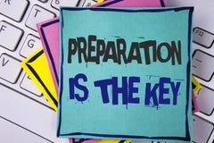 Η προετοιμασία γραψίματος κειμένων γραφής είναι το κλειδί Η έννοια έννοιας μαθαίνει ότι η μελέτη προετοιμάζεται για την επίτευξη  Στοκ Φωτογραφίες