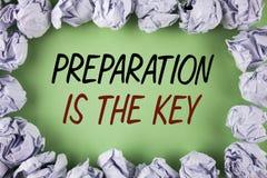 Η προετοιμασία γραψίματος κειμένων γραφής είναι το κλειδί Η έννοια έννοιας μαθαίνει ότι η μελέτη προετοιμάζεται για την επίτευξη  Στοκ εικόνες με δικαίωμα ελεύθερης χρήσης