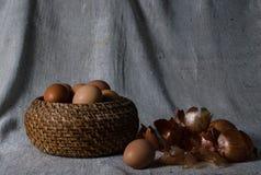 η προετοιμασία ζυμών αυγών Πάσχας κέικ ψωμιού ανασκόπησης σκιάζει το μαλακό λευκό Στοκ φωτογραφίες με δικαίωμα ελεύθερης χρήσης