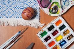 η προετοιμασία ζυμών αυγών Πάσχας κέικ ψωμιού ανασκόπησης σκιάζει το μαλακό λευκό Στοκ Εικόνες