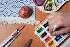 η προετοιμασία ζυμών αυγών Πάσχας κέικ ψωμιού ανασκόπησης σκιάζει το μαλακό λευκό Στοκ Φωτογραφίες