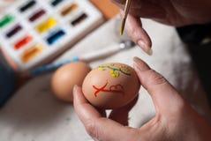 η προετοιμασία ζυμών αυγών Πάσχας κέικ ψωμιού ανασκόπησης σκιάζει το μαλακό λευκό Στοκ φωτογραφία με δικαίωμα ελεύθερης χρήσης