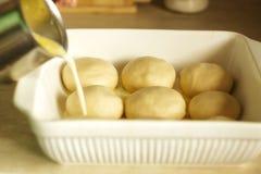 Η προετοιμασία muffins, γεμίζει τη ζύμη με το γάλα Στοκ φωτογραφία με δικαίωμα ελεύθερης χρήσης