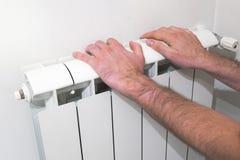 Η προθέρμανση παραδίδει την υδραυλική ηλεκτρική θερμάστρα Στοκ εικόνα με δικαίωμα ελεύθερης χρήσης