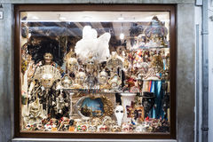 Η προθήκη με τις χαρακτηριστικές ενετικές μάσκες στην οδό κάλεσε ` Ρίο Tera SAN Leonardo ` Στοκ φωτογραφίες με δικαίωμα ελεύθερης χρήσης