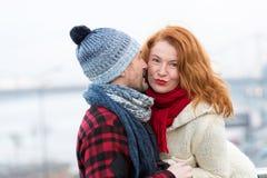 Η προκλητική γυναίκα ακούει τους άνδρες Ευτυχής γυναίκα από την αρσενική ιστορία Ψίθυροι ανδρών στην κόκκινη γυναίκα τρίχας Κλείσ Στοκ Φωτογραφία