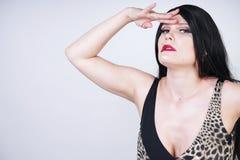 Η προκλητική επικίνδυνη γυναίκα brunette στις υψηλές μπότες μηρών μαγιό και δέρματος λεοπαρδάλεων με το σκελετό βάζει τακούνια στ στοκ φωτογραφίες