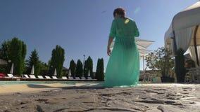 Η προκλητική μέση ηλικίας γυναίκα εισάγει τη λίμνη με το κοκτέιλ διαθέσιμο απόθεμα βίντεο