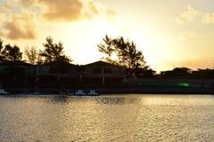 Η προκυμαία και η χρυσή λίμνη κάτω από τον ουρανό ηλιοβασιλέματος στοκ εικόνα