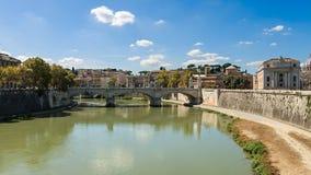 Η προκυμαία ποταμών της Ρώμης Tiber, απόψεις του κατοικημένου Στοκ φωτογραφία με δικαίωμα ελεύθερης χρήσης