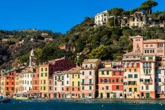Η προκυμαία Portofino με τα χαρακτηριστικά χρωματισμένα σπίτια του Στοκ Εικόνες
