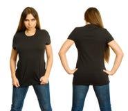 Η προκλητική γυναίκα με το κενό μαύρο πουκάμισο και σοβαρός κοιτάζει επίμονα Στοκ Εικόνα