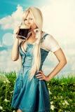 Η προκλητική γυναίκα Oktoberfest πίνει την μπύρα από την κούπα Στοκ Εικόνες