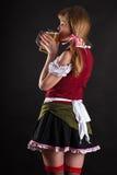 Η προκλητική γυναίκα Oktoberfest πίνει την μπύρα Στοκ φωτογραφία με δικαίωμα ελεύθερης χρήσης