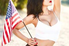 Η προκλητική εκμετάλλευση ΗΠΑ γυναικών brunette σημαιοστολίζει την υπαίθρια κινηματογράφηση σε πρώτο πλάνο Στοκ Εικόνα