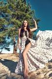 Η προκλητική όμορφη γυναίκα μαύρισε την τέλεια άμμο παραλιών φορεμάτων μεταξιού σωμάτων Στοκ εικόνες με δικαίωμα ελεύθερης χρήσης
