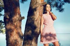 Η προκλητική όμορφη γυναίκα μαύρισε την τέλεια άμμο παραλιών φορεμάτων μεταξιού σωμάτων Στοκ φωτογραφία με δικαίωμα ελεύθερης χρήσης