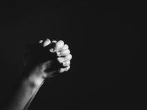 Η προσευμένος γυναίκα παραδίδει τη σκοτεινή επίκληση στη μυστική έννοια δωματίων Στοκ εικόνα με δικαίωμα ελεύθερης χρήσης