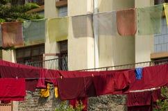 Η προσευχή σημαιοστολίζει το ξεραίνοντας εξωτερικό βουδιστικό μοναστήρι, Νεπάλ Στοκ Φωτογραφίες