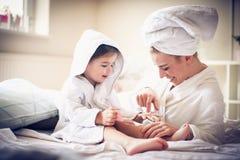 Η προσοχή μητέρων και κορών tae χαράζει άλλης στοκ φωτογραφία με δικαίωμα ελεύθερης χρήσης