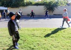 Η προσοχή μικρών παιδιών για τη γιαγιά του στο Tulsa τρέχει στη λεωφόρο Peoria σε Tulsa, Οκλαχόμα το 10-28-2017 Στοκ Εικόνες