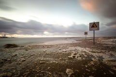 Η προσοχή υπογράφει κοντά στη θάλασσα με το θυελλώδη καιρό Στοκ Φωτογραφία