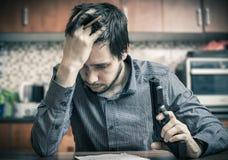 η προσπάθεια κόβει την αυτοκτονία ατόμων χεριών Το λυπημένο άτομο με το πιστόλι διαθέσιμο γράφει το μήνυμα Στοκ φωτογραφία με δικαίωμα ελεύθερης χρήσης