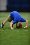 Η προσπάθεια μικρών παιδιών να κάνουν την πτώση ή κάνει τούμπα στη γυμναστική Στοκ Φωτογραφίες