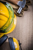 Η προστατευτική ασφάλεια δέρματος θεαμάτων σφυριών φορά γάντια στο τιμόνι οικοδόμησης Στοκ εικόνα με δικαίωμα ελεύθερης χρήσης