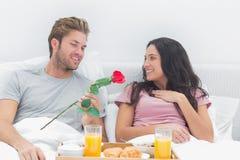 Η προσφορά ατόμων ανήλθε στη σύζυγό του Στοκ Εικόνες