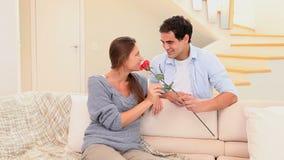 Η προσφορά ατόμων ανήλθε στο fiancee του απόθεμα βίντεο