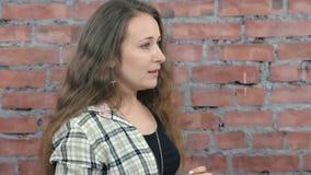 Η προσφορά νέων κοριτσιών συγχωρεί κάποιο πίσω από τη σκηνή ρίψη τοίχος εικόνας τούβλου ανασκόπησης rastre απόθεμα βίντεο