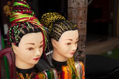 Η προσφορά σαλονιών κομμωτών οδών πλέκει hairstyle την υπηρεσία στοκ φωτογραφία με δικαίωμα ελεύθερης χρήσης