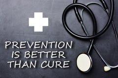 Η πρόληψη είναι καλύτερη από θεραπεύει το κείμενο στον πίνακα κιμωλίας κοντά στο ιατρικά αντικείμενο και τα σύμβολα στοκ εικόνες με δικαίωμα ελεύθερης χρήσης