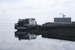 Η πρόοδος και ο γερανός κατασκευής σκαφών σκαφών ναυπηγικής στο λιμάνι αποβαθρών λιμένων ελλιμενίζουν το ικρίωμα στη θάλασσα gova στοκ φωτογραφία με δικαίωμα ελεύθερης χρήσης