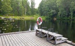 Η πρόσδεση στη δασική λίμνη Φινλανδία στοκ φωτογραφία με δικαίωμα ελεύθερης χρήσης