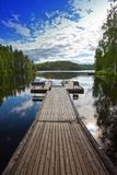 Η πρόσδεση στη δασική λίμνη Φινλανδία στοκ εικόνες