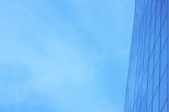 Η πρόσοψη γυαλιού ενός ουρανοξύστη με μια αντανάκλαση καθρεφτών των παραθύρων ουρανού στοκ εικόνα με δικαίωμα ελεύθερης χρήσης
