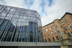 Η πρόσοψη γυαλιού ενός σύγχρονου κτηρίου και ενός ιστορικού κτηρίου Στοκ Φωτογραφίες