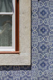 Η πρόσοψη είναι διακοσμημένη με ένα παράθυρο για τα αρχικά πορτογαλικά κεραμίδια Στοκ Φωτογραφία