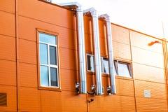 Η πρόσοψη ενός βιομηχανικού κτηρίου Στοκ εικόνες με δικαίωμα ελεύθερης χρήσης