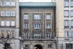 Η πρόσοψη ενός γκρίζου κτιρίου γραφείων στη Βαρσοβία στο σοβιετικό ανά Στοκ εικόνες με δικαίωμα ελεύθερης χρήσης