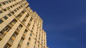 Η πρόσοψη ενός παλαιού κτηρίου με την όμορφη αρχιτεκτονική Ουρανοξύστης του Στάλιν 4K φιλμ μικρού μήκους